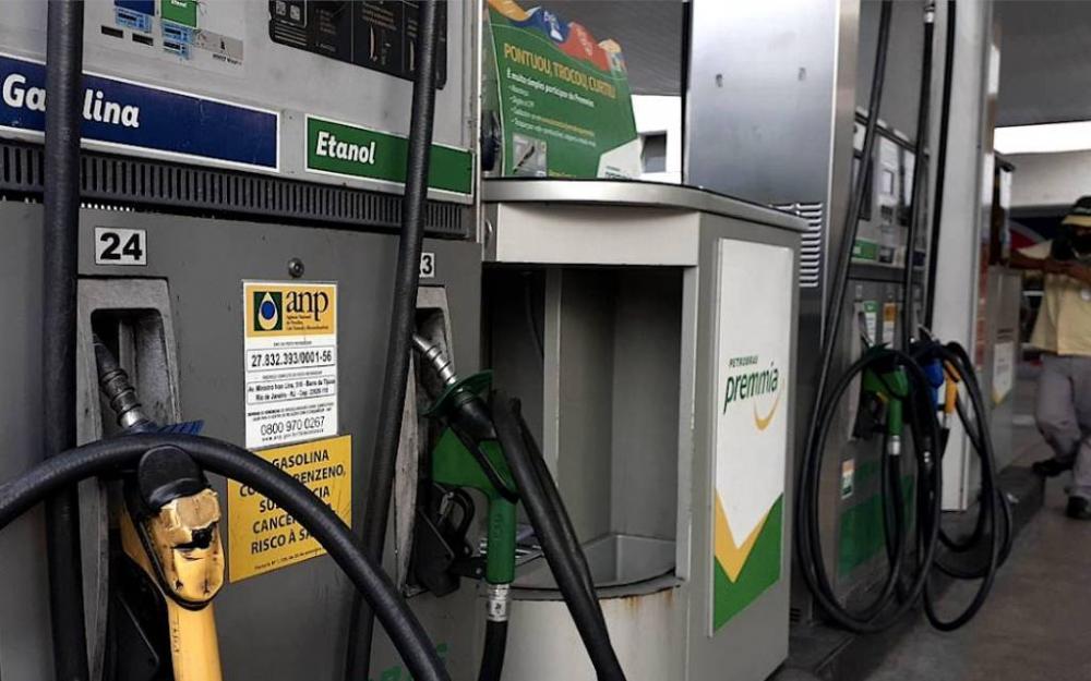 A partir de terça-feira (2), a gasolina fica 4,8% mais cara, o óleo diesel 5% e o gás 5,2%(Foto: Agência Brasil)